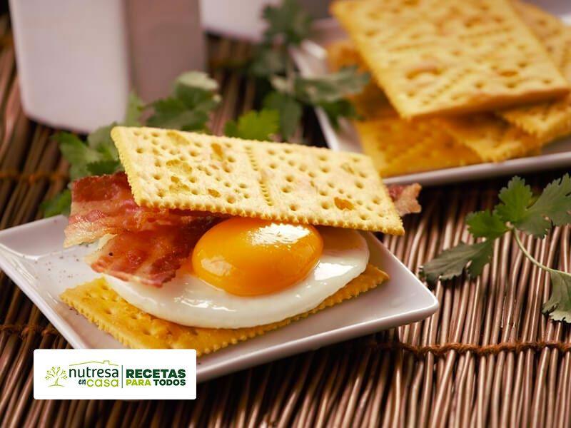 Sanduche de huevo y tocineta